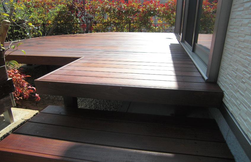 ウリン材を使用したウッドデッキの施工例