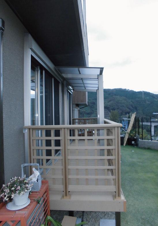 素敵な天然芝にウッドデッキと自立型テラス
