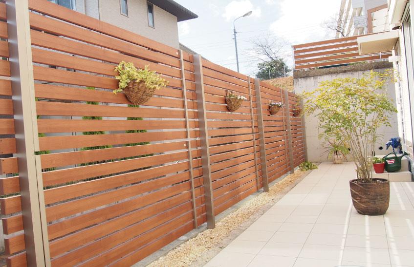 木調フェンスとタイルで爽やかな庭に